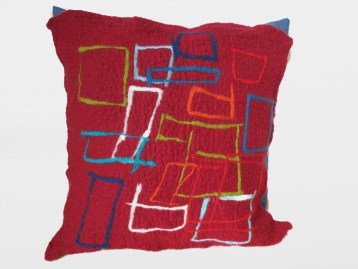 Roter Polster mit geometrischem Muster