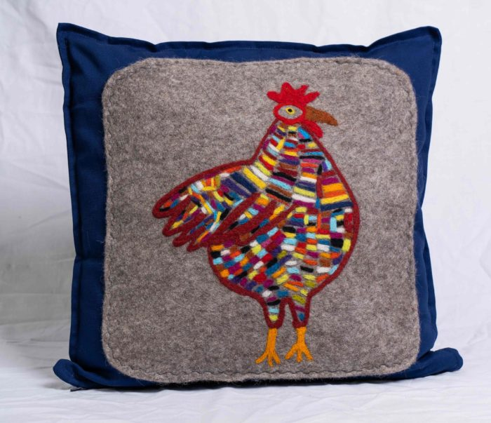 Polster mit buntem Huhn